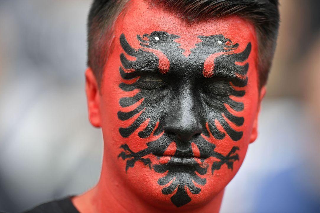 Albanian_fan_face_MARTIN BUREAU_AFP - Bildquelle: AFP / MARTIN BUREAU