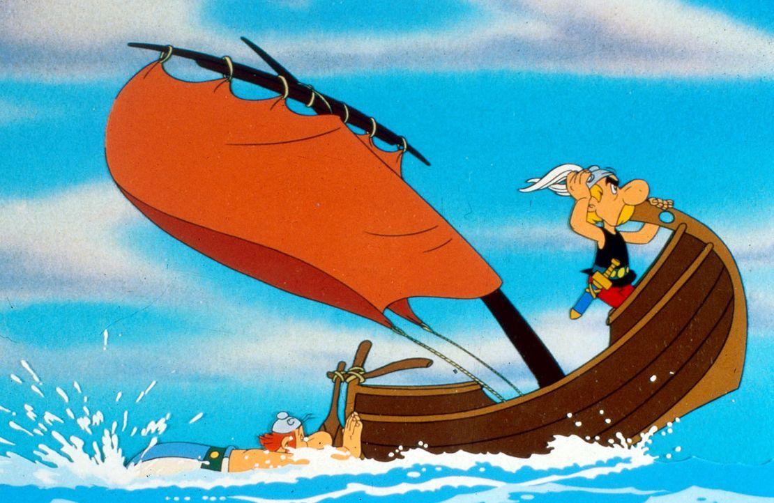 Obelix (l.) betätigt sich als Außenbordmotor, während Asterix (r.) den  Kurs vorgibt - nach Amerika. Sie verfolgen Miraculix, der von den Römern... - Bildquelle: Jugendfilm-Verleih GmbH