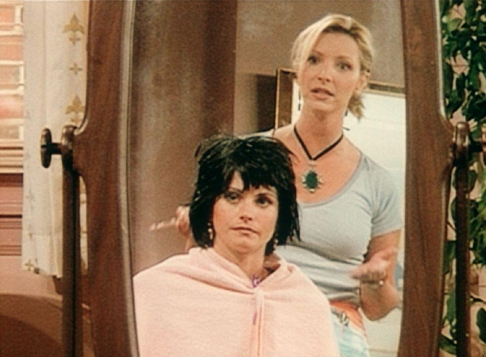 Endlich hat Monica (Courteney Cox, l.) Phoebe (Lisa Kudrow, r.) dazu überreden können, ihr eine neue Frisur zu verpassen. - Bildquelle: TM+  2000 WARNER BROS.