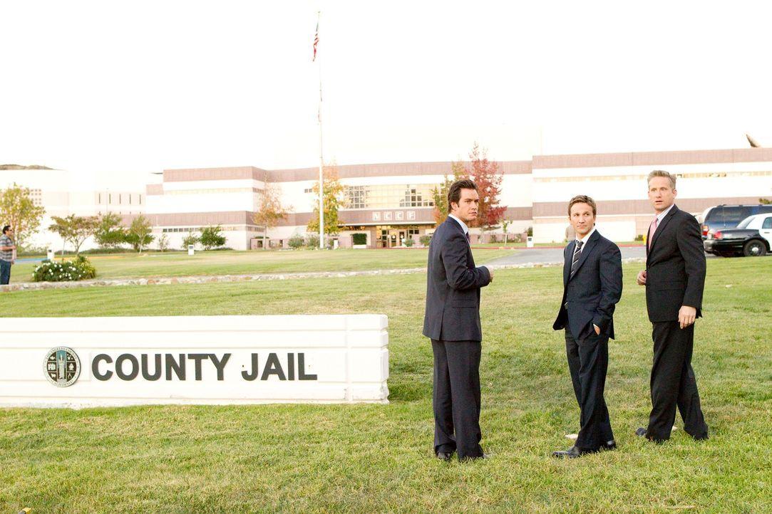 Stehen fest an der Seite von Stanton Infeld, der des Mordes verdächtigt wird: die Anwälte Franklin (Breckin Meyer, M.), Bash (Mark-Paul Gosselaar, M... - Bildquelle: 2011 Sony Pictures Television Inc. All Rights Reserved.