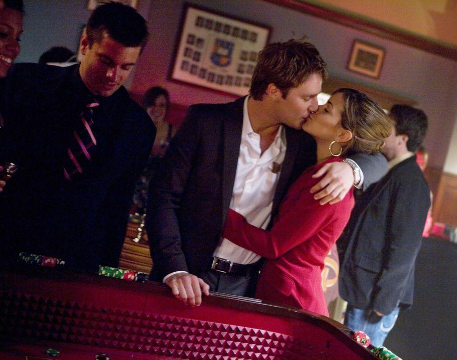 Freuen sich auf die Casino-Nacht der Verbindungen: Evan (Jake McDorman, M.) und Frannie (Tiffany Dupont, r.) ... - Bildquelle: 2008 ABC Family