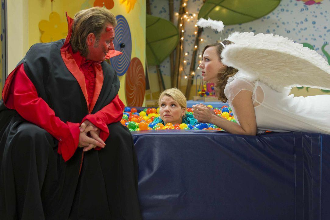 Danni (Annette Frier, M.) steckt in einem moralischen Konflikt, doch werden ihr Engel Bea (Nadja Becker, r.) und Teufel Nils (Oliver Fleischer, l.)... - Bildquelle: Frank Dicks SAT.1