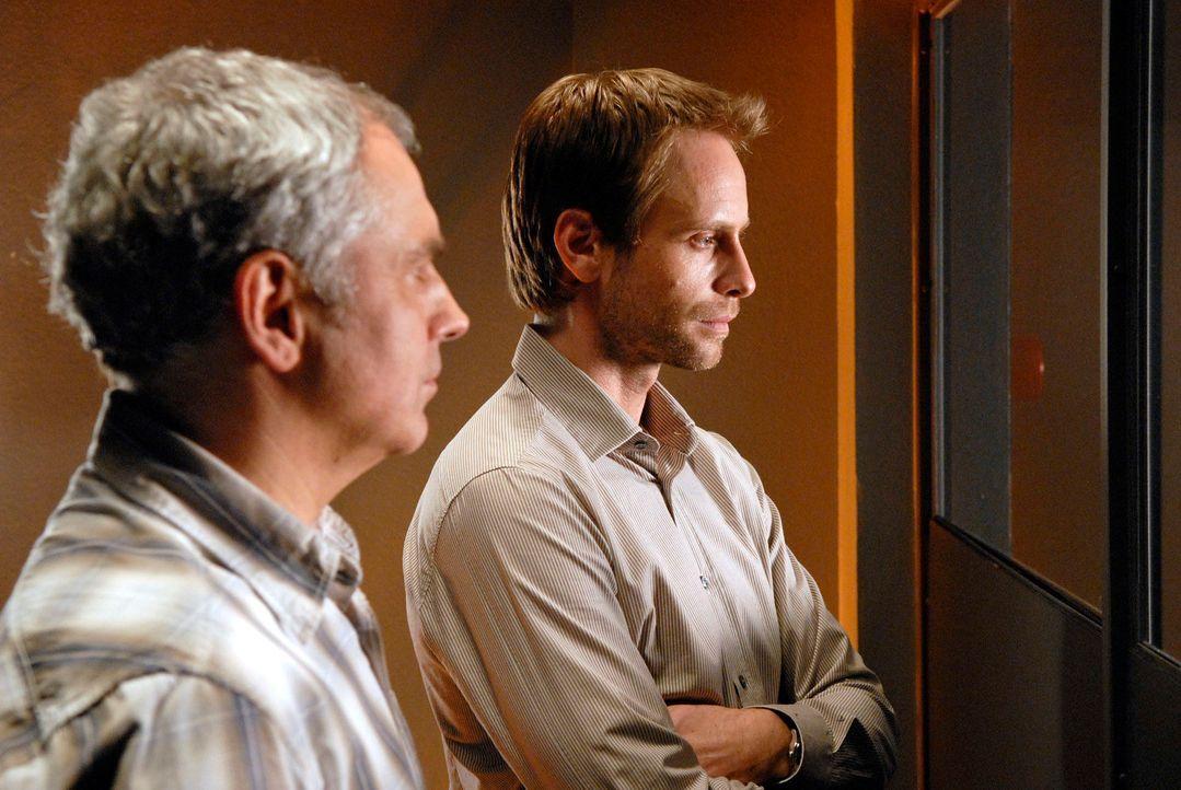 Philip (Julian Weigend, r.) und Paul (Hansa Czypionka, l.) verfolgen die Vernehmung Doeblins aus dem Beobachtungsraum. Denn dieser streitet alle Vor... - Bildquelle: Christoph Assmann Sat.1