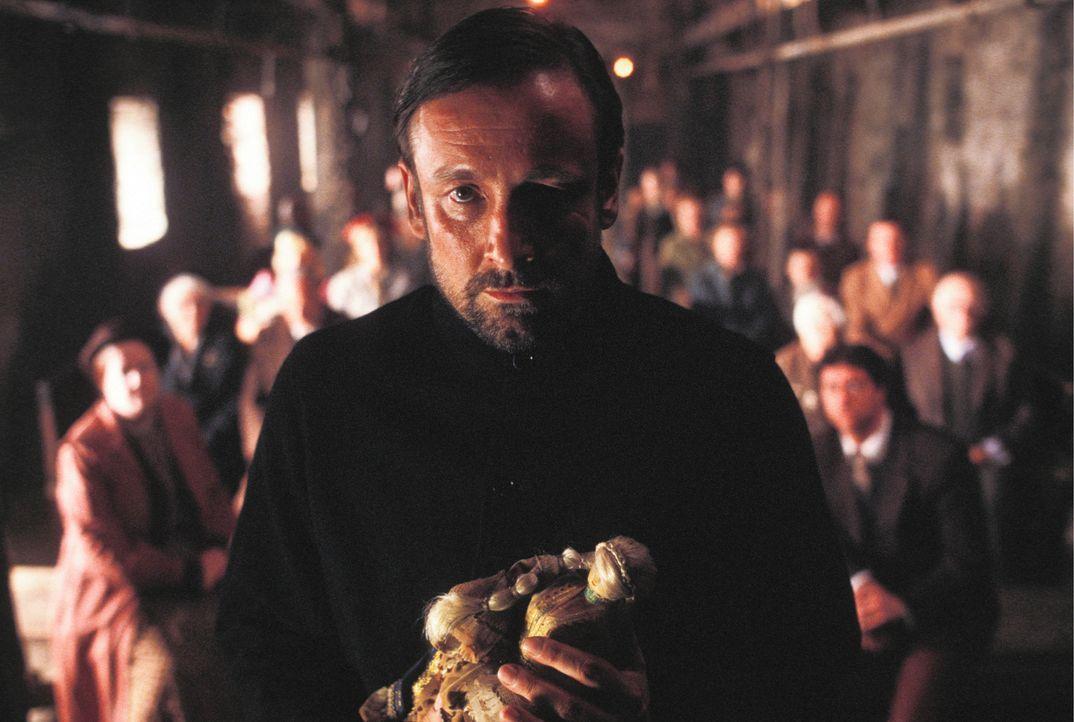 Rowan (Richard Elfyn) nutzt die Gläubigkeit der Einwohner aus, um ein Leben zu retten. Dafür zahlt er einen hohen Preis ... - Bildquelle: Constantin Film