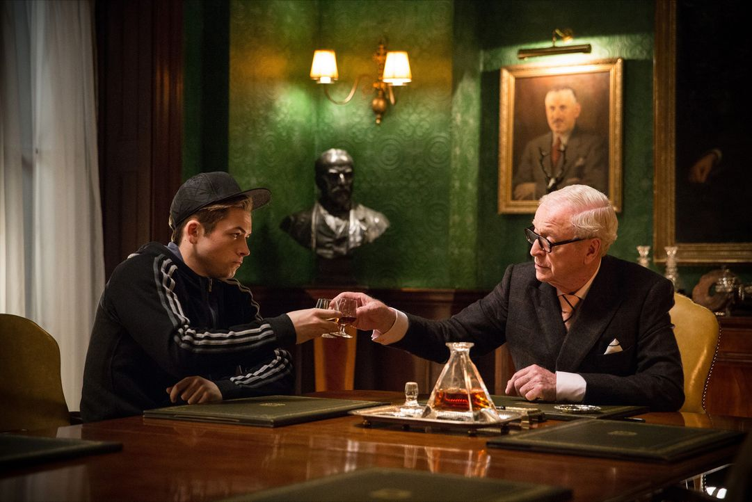 "Nach der Ermordung von Harry macht sich ""Eggsy"" (Taron Egerton, l.) daran, die Welt zu retten. Sein erster Besuch gilt dem obersten Kingsmen, Arthur... - Bildquelle: 2015 Twentieth Century Fox Film Corporation. All rights reserved."