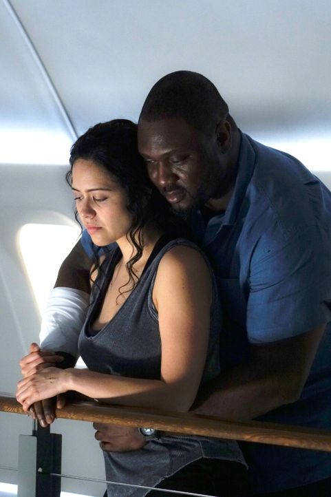 Wird Abrahams (Nonso Anozie, r.) und Darielas (Alyssa Diaz, l.) Baby in der monströsen Tierwelt eine Chance haben? - Bildquelle: Shane Harvey 2016 CBS Broadcasting Inc. All Rights Reserved.