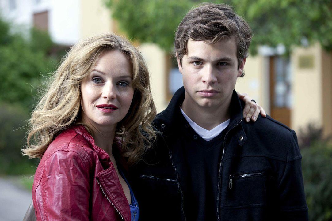 Eigentlich liebt Laurin (Emil Reinke, r.) seine Mutter (Stefanie Stappenbeck, l.) über alles. Wäre da nicht ihre Art, mit jedem gut aussehenden Ma... - Bildquelle: SAT.1