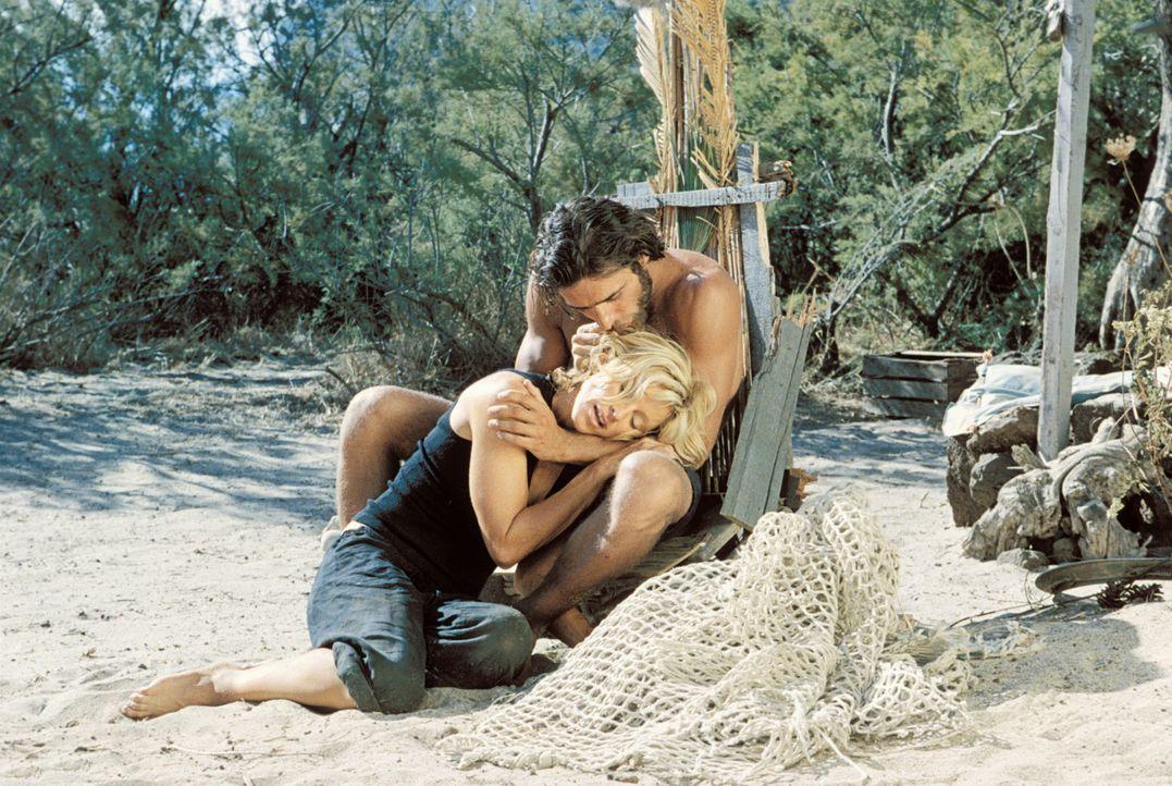 Nach einem Schiffsbruch landen der arme Fischer Giuseppe (Adriano Giannini, r.) und die reiche und verwöhnte Amber (Madonna, l.) auf einer einsamen... - Bildquelle: 2003 Sony Pictures Television International