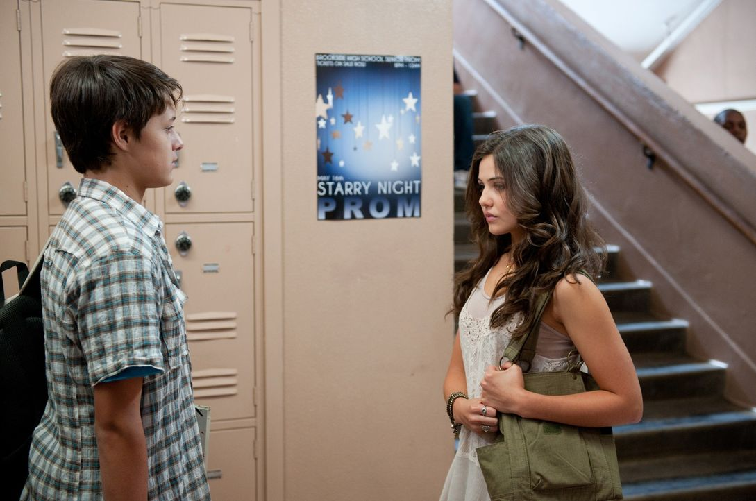 So kurz vor dem Abschluss scheinen die Gefühle bei Simone (Danielle Campbell, r.) verrückt zu spielen und Lucas (Nolan Sotillo, l.) muss sich über e... - Bildquelle: Richard Foreman Jr., SMPSP Disney Enterprises, Inc. All Rights Reserved.