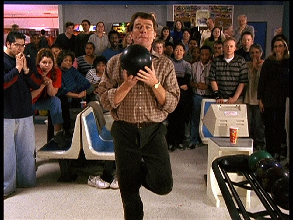 Hal (Bryan Cranston, M.) bereitet sich vor den Augen der gespannten Zuschauer auf seinen nächsten Wurf vor ... - Bildquelle: TM +   2000 Twentieth Century Fox Film Corporation. All Rights Reserved.