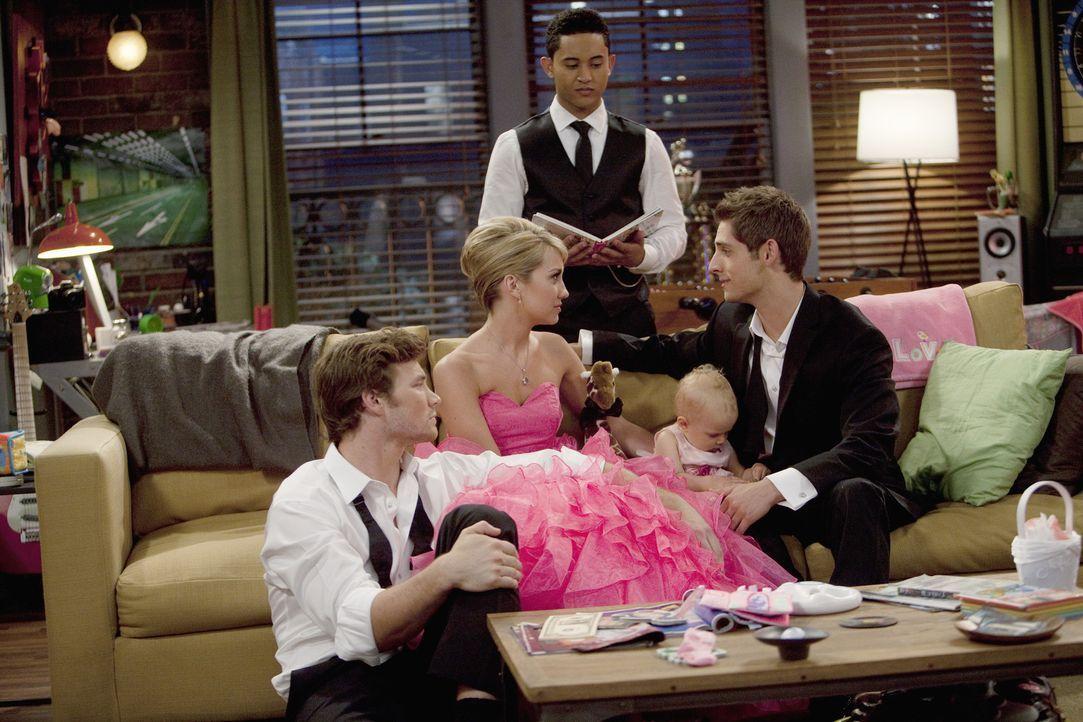 Die Hochzeit von Katie steht bevor: Ben (Jean-Luc Bilodeau, r.), Danny (Derek Theler, l.), Tucker (Tahj Mowry, M.), Riley (Chelsea Kane, 2.v.l.) und... - Bildquelle: Randy Holmes ABC Family