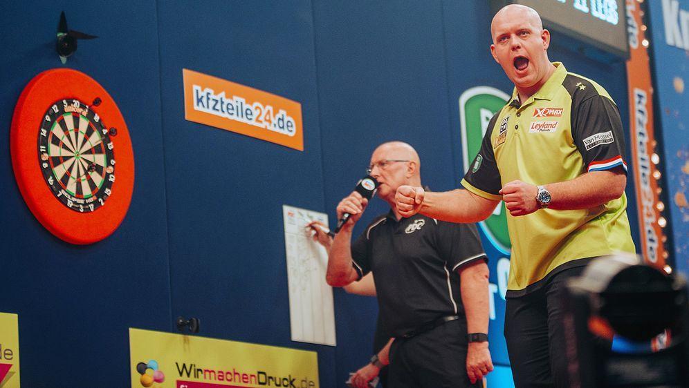 Der Niederländer Michael van Gerwen wird bei denGerman Darts Masters gegen ... - Bildquelle: Guido Engels/ProSieben