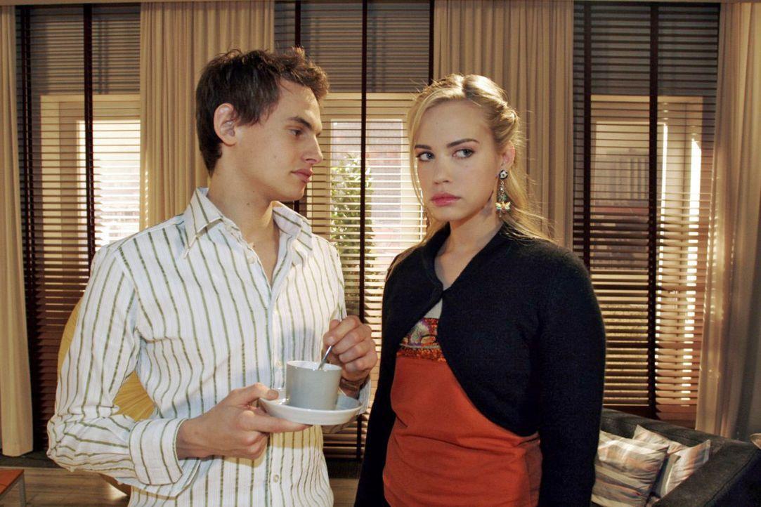 Kim (Lara-Isabelle Rentinck, r.) wünscht sich nichts mehr, als dass Alexander (Shai Hoffmann, l.) endlich aus Sophies Reich auszieht. - Bildquelle: Noreen Flynn Sat.1
