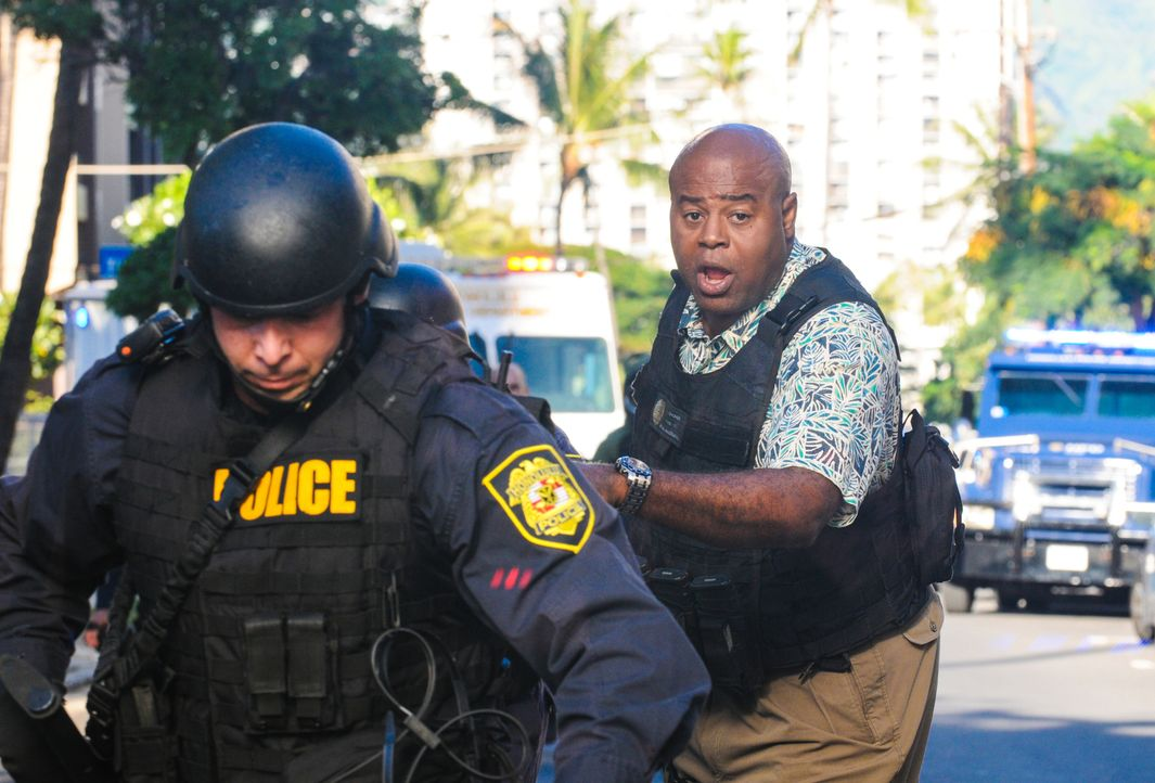 Der Reporter Julius Brennan wird erwürgt in seinem Wagen aufgefunden. Grover (Chi McBride, r.) und seine Kollegen versuchen alles, um den Täter zu f... - Bildquelle: Norman Shapiro 2014 CBS Broadcasting Inc. All Rights Reserved.