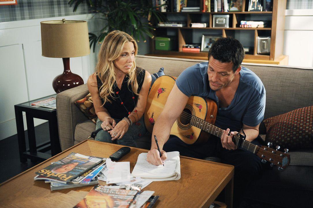 Jules beobachtet dass Grayson (Josh Hopkins, r.) sich vor seiner neuen Freundin Sara (Sheryl Crow, l.) zu einem unterwürfigen Butler entwickelt. Si... - Bildquelle: 2009 ABC INC.
