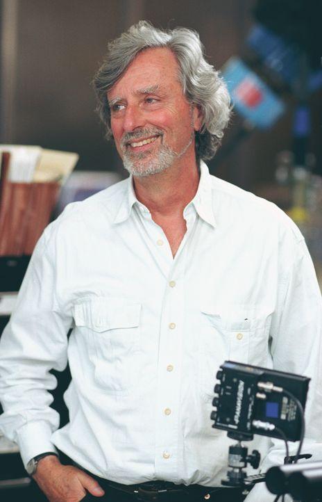 """Regisseur Philip Kaufman bei den Dreharbeiten zu """"Twisted-Der erste Verdacht"""". - Bildquelle: Paramount Pictures"""