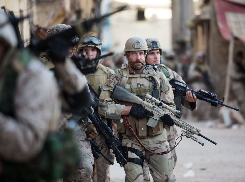 Sein Vater teilte die Menschen in Schafe, Wölfe und Hütehunde ein. U.S. Navy SEAL Chris Kyle (Bradley Cooper, 2.v.r.) sieht sich als Hütehund, einer... - Bildquelle: 2014 Warner Bros. Entertainment Inc.