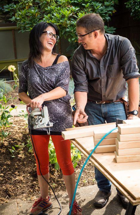 Josh (r.), der Bauleiter und Allison (l.), die Hauseigentümerin, haben viel Spaß am Bau, denn die Vorfreunde auf das neue, veränderte Heim ist groß.... - Bildquelle: 2013, DIY Network/ Scripps Networks, LLC. All Rights Reserved.