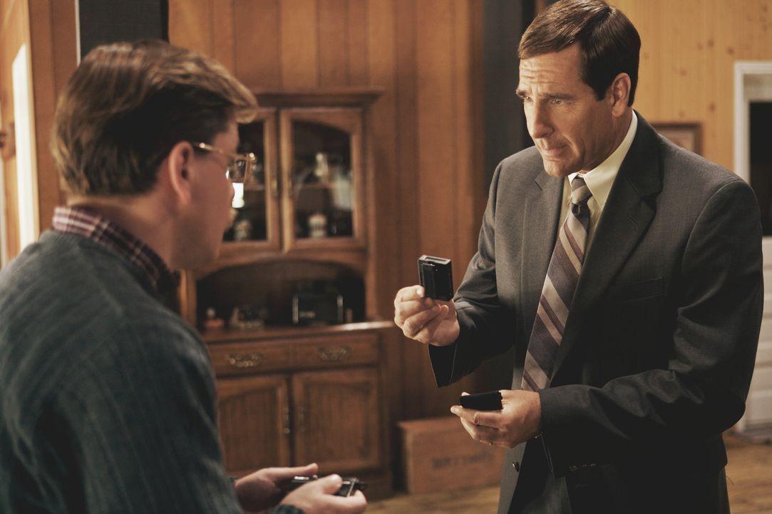 FBI Brian Shepard (Scott Bakula, r.) rüstet Mark Whitacre (Matt Damon, l.) mit versteckten Mikrofonen und Sendern aus, um eine absolut wasserdichte... - Bildquelle: Warner Bros. Pictures