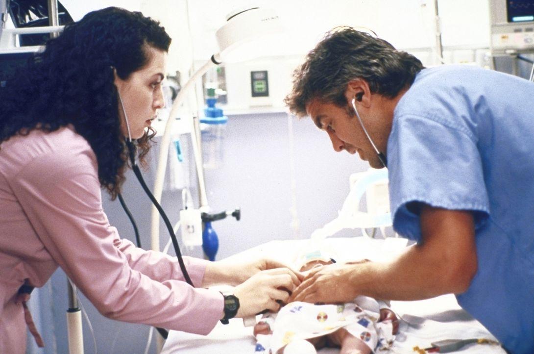 Ross (George Clooney, r.) begibt sich wieder einmal aufs Glatteis ... - Bildquelle: TM+  2000 WARNER BROS.