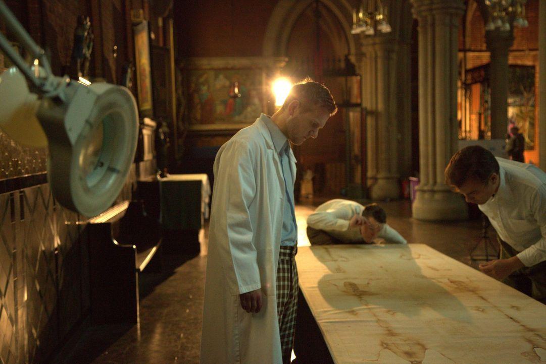 Hat Jesus wirklich gelebt? Wissenschaftler überprüfen in Turin das Grabtuch von Jesus Christus auf seine Echtheit. - Bildquelle: ELLIE