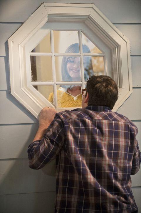 Debbie (Jayma Mays, l.) ist sauer auf Adam (Nelson Franklin, r.), nachdem sie erfahren hat, dass er als er jünger war Liebeslieder für besondere Mäd... - Bildquelle: 2013 CBS Broadcasting, Inc. All Rights Reserved.