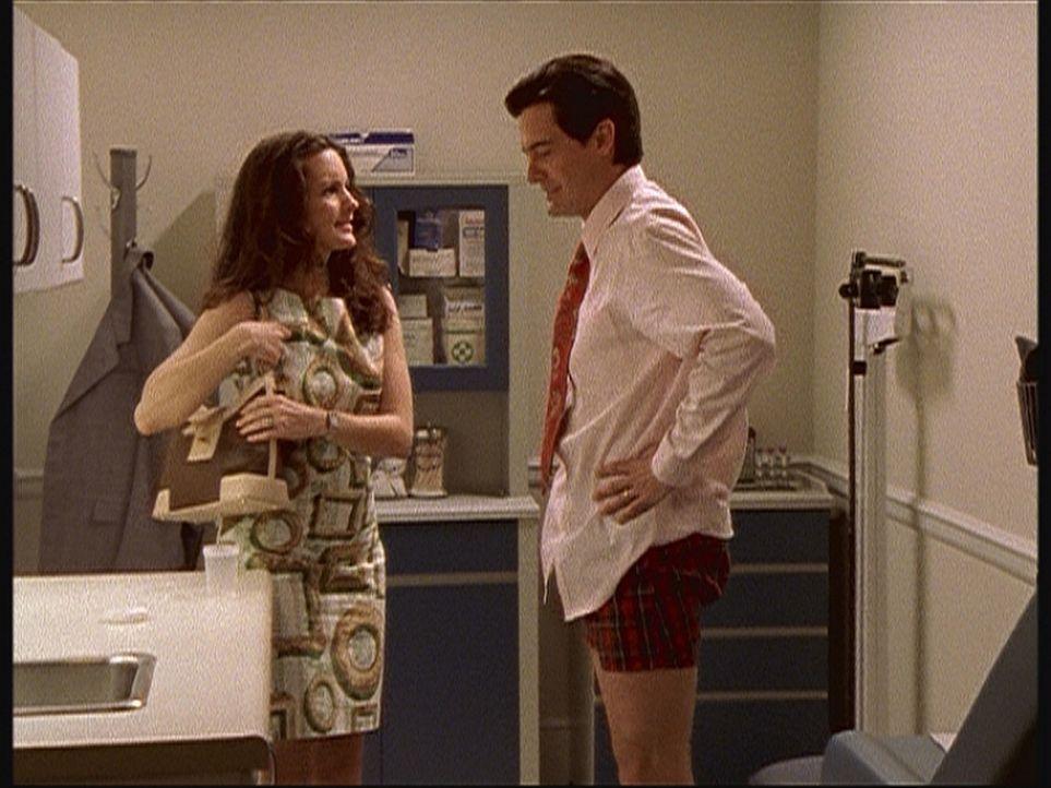 Treys (Kyle MacLachlan, r.) Sperma soll getestet werden. Da er Angst hat, beim Test zu versagen, muss Charlotte (Kristin Davis, l.) ihm mit Liebe un... - Bildquelle: Paramount Pictures