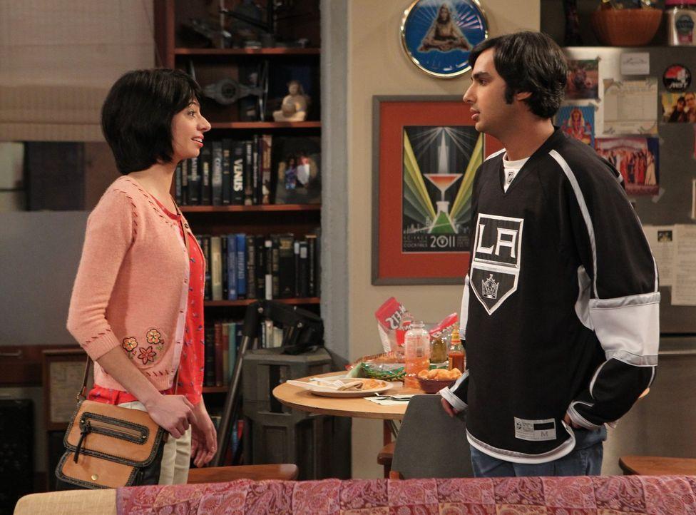 Eigentlich läuft es zwischen Raj (Kunal Nayyar, r.) und Lucy (Kate Micucci, l.) ganz gut, doch dann stößt Raj im Internet auf ihren Blog ... - Bildquelle: Warner Bros. Television