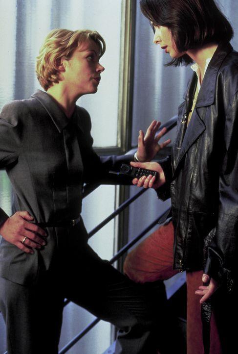 Die Polizeisprecherin Laura (Katharina Müller-Elmau, r.) ist nach dem Mord an Nina hin- und hergerissen: Soll sie ihren Job aufs Spiel setzen, um ih... - Bildquelle: Frank Lemm ProSieben