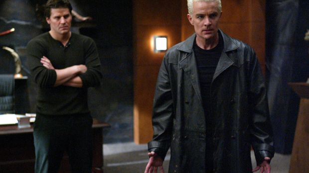 Spike (James Marsters, r.) fällt Angel (David Boreanaz, l.) mit seiner Anwese...