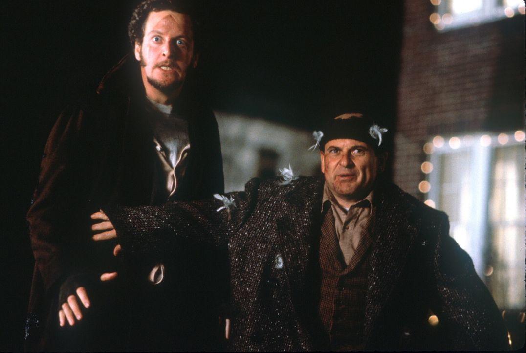 Das Diebesgespann Marv (Daniel Stern, l.) und Harry (Joe Pesci, r.) rechnet nicht mit Kevins Erfindungsgabe ... - Bildquelle: 20th Century Fox Film Corporation