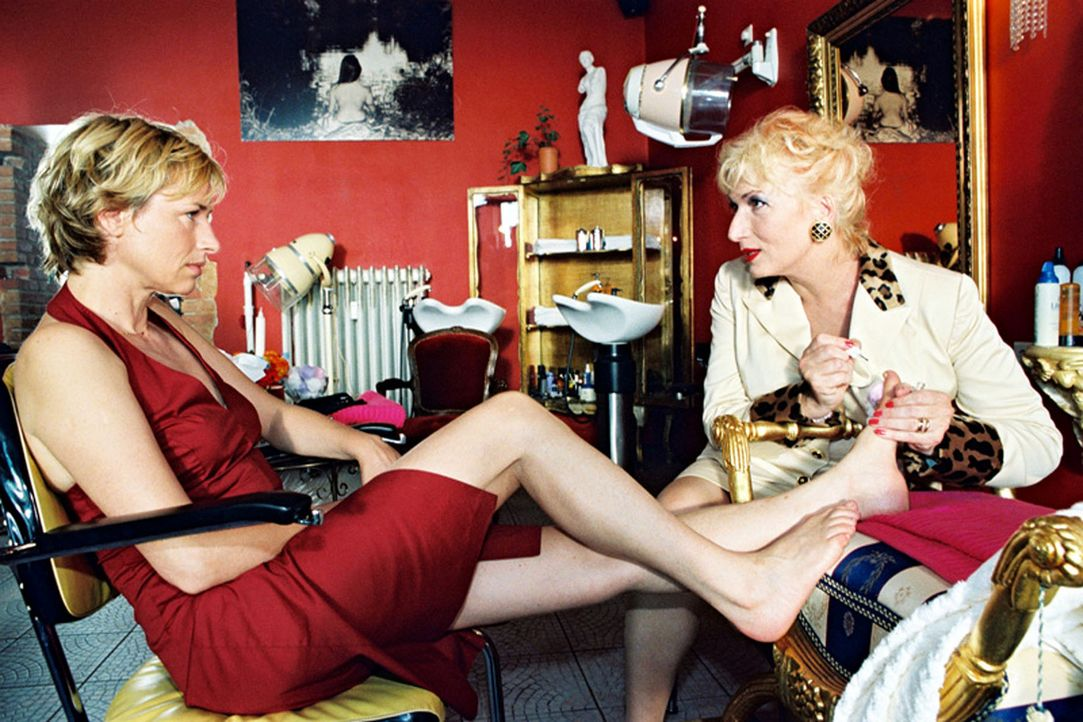 """Eva Blond (Corinna Harfouch, l.) """"recherchiert"""" auf ihre Art bei der Chefin (Zazie de Paris, r.) eines Schönheitssalons. - Bildquelle: Volker Roloff Sat.1"""