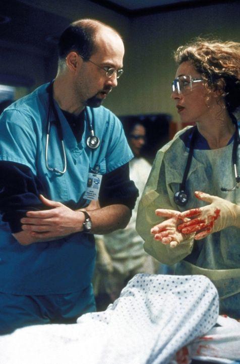 Dr. Greene (Anthony Edwards, l.) hat die verunglückten Kinder vor Ort optimal versorgt, aber werden sie alle durchkommen? - Bildquelle: TM+  2000 WARNER BROS.
