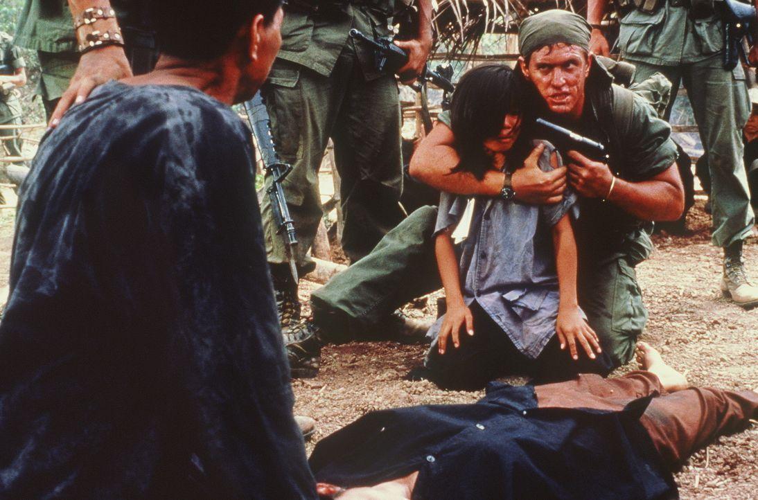 Sergeant Barnes (Tom Berenger, r.) macht auch vor unschuldigen Zivilisten keinen Halt ... - Bildquelle: Orion Pictures Corporation