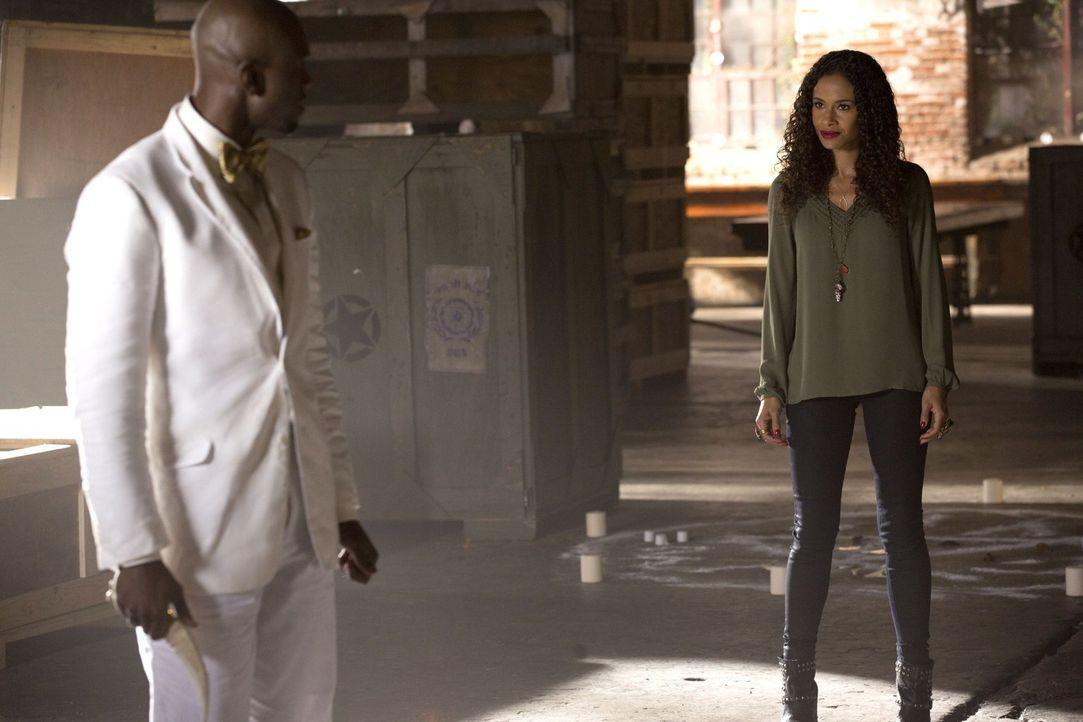 Was plant Celeste (Shannon Kane, r.) mit dem mächtigen Hexenmeister Papa Tunde (Owiso Odera, l.)? - Bildquelle: Warner Bros. Television