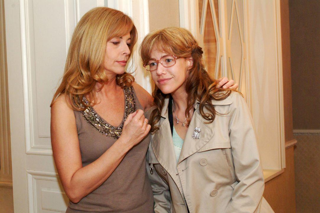 Laura (Olivia Pascal, l.) zeigt Verständnis dafür, dass Lisa (Alexandra Neldel, r.) beschließt, David zu folgen. - (Dieses Foto von Alexandra Neldel... - Bildquelle: Monika Schürle Sat.1