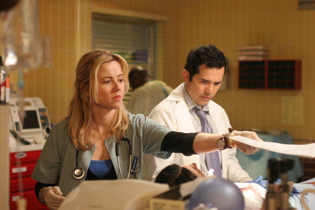 Eine sofortige Notoperation ist erforderlich: Clemente (John Leguizamo, r.) und Sam (Linda Cardellini, l.) versuchen Nimet zu retten ... - Bildquelle: Warner Bros. Television