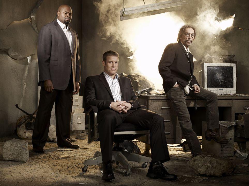 (1. Staffel) - Bei seinen Aufträgen wird Christopher Chance (Mark Valley, M.) von seinem Geschäftspartner Winston (Chi McBride, l.) und dem bezahlte... - Bildquelle: Warner Brothers