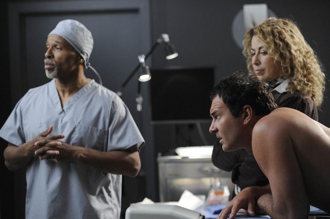 Bei einer Untersuchung wird bei Christian (Julian McMahon, vorne r.) Brustkrebs festgestellt. Liz (Roma Maffia, hinten r.) steht ihm in dieser schwe... - Bildquelle: Warner Bros. Entertainment Inc. All Rights Reserved.