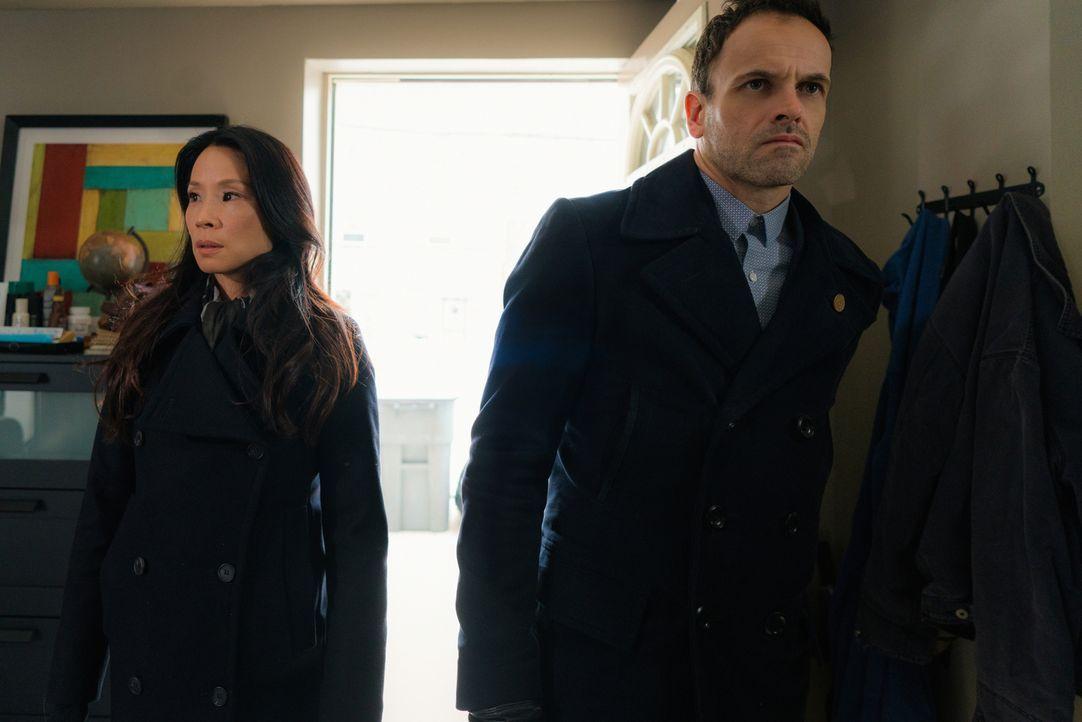 Als ein Mann in einem Superheldenkostüm getötet wird, übernehmen Watson (Lucy Liu, l.) und Holmes (Jonny Lee Miller, r.) den Fall. Sie sollen die wa... - Bildquelle: Michael Parmelee 2016 CBS Broadcasting Inc. All Rights Reserved.