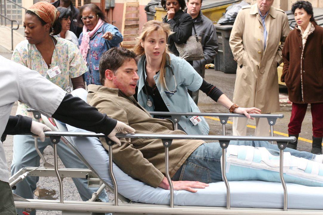Officer Litchman (Joe Manganiello, liegend) wird ins County eingeliefert. Sam (Linda Cardellini, M.) kümmert sich um ihn ... - Bildquelle: Warner Bros. Television