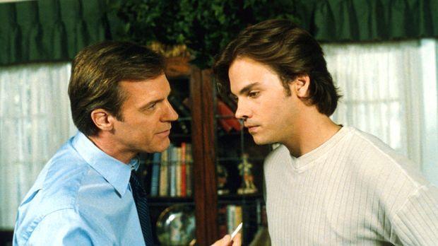 Eric (Stephen Collins, l.) ist entsetzt: Hündin Happy hat ihm einen Joint vor...