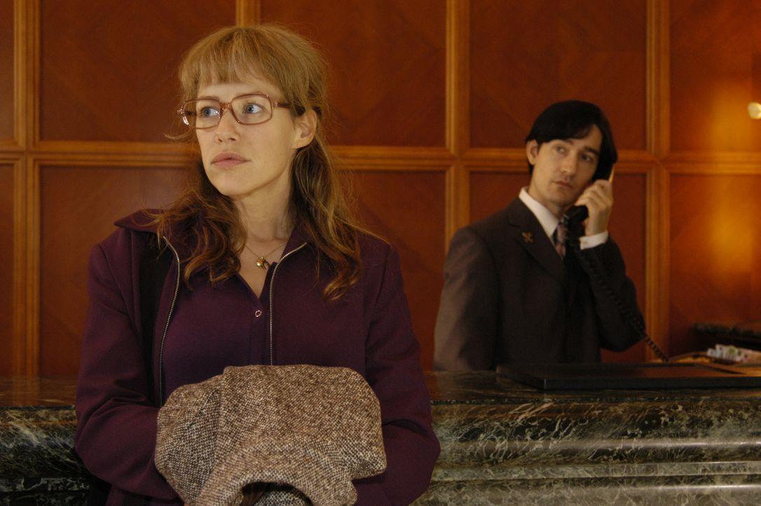 Lisa (Alexandra Neldel, l.) ist überzeugt davon, dass David einer Intrige zum Opfer fiel. Entschlossen begibt sie sich auf die Suche nach Alexandra... - Bildquelle: Sat.1