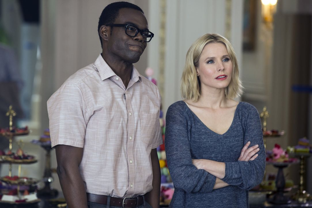 "Während sich Eleanor (Kristen Bell, r.) freut, dass sie im ""Good Place"" bleiben kann, hat Chidi (William Jackson Harper, l.) damit zu kämpfen, dass... - Bildquelle: 2016 Universal Television LLC. ALL RIGHTS RESERVED."