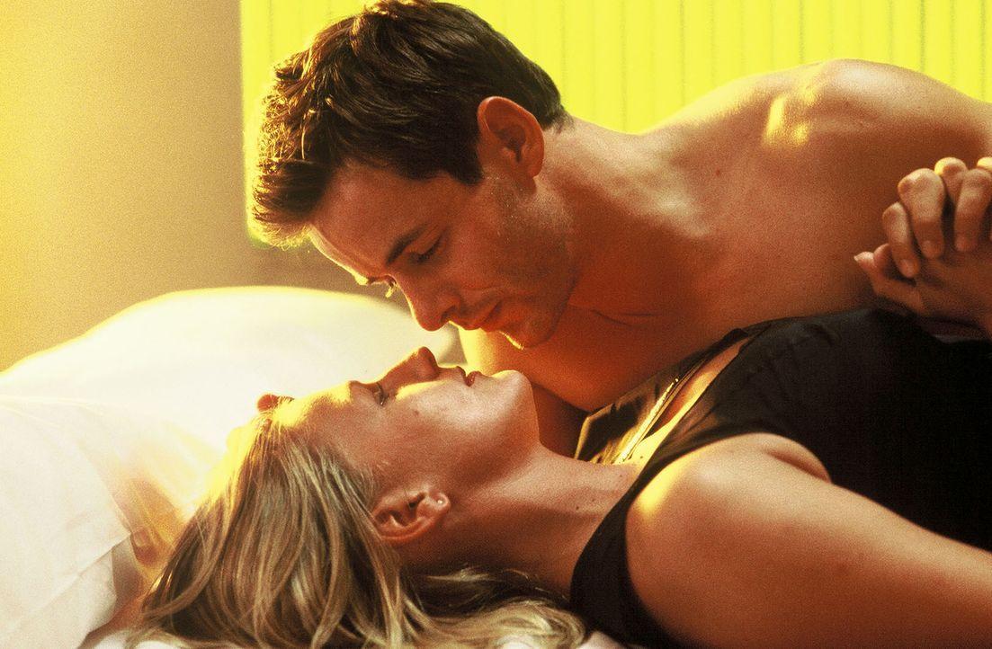 Stella (Sophie Schütt, unten) und Nicholas (Markus Meyer, oben) verbringen eine leidenschaftliche Nacht miteinander ... - Bildquelle: Wolfgang Meier Sat.1