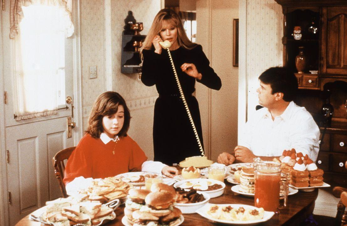 Schon bald findet Celeste (Kim Basinger, M.) Gefallen an dem Familienleben der Erdbewohner. Nur Steves (Dan Aykroyd, r.) Tochter Jessie (Alyson Hann... - Bildquelle: Columbia Pictures