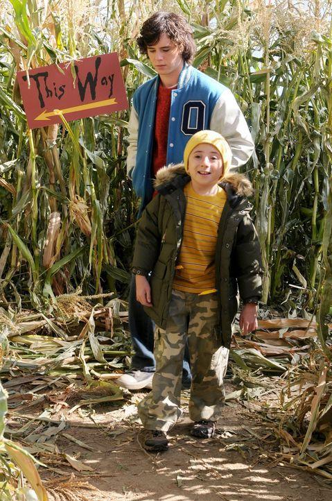 Axl (Charlie McDermott, hinten) und Brick (Atticus Shaffer, vorne) erkunden zusammen ein Mais-Labyrinth ... - Bildquelle: Warner Brothers