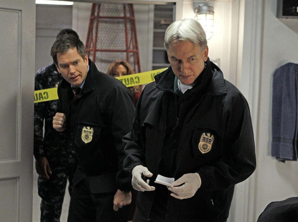 Commander Reynolds wird erschossen in seiner Koje aufgefunden. das Team um Gibbs (Mark Harmon, r.) und DiNozzo (Michael Weatherly, l.) beginnen sofo... - Bildquelle: CBS Television