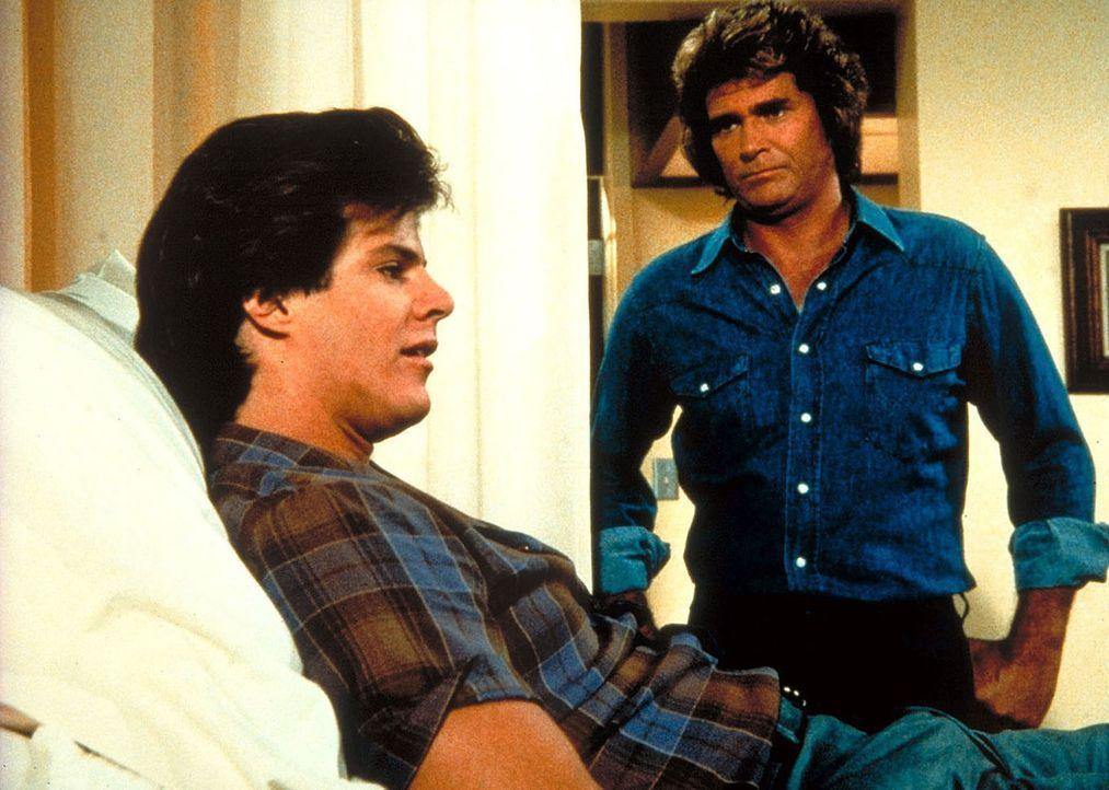 Wiederholt spricht Jonathan (Michael Landon, r.) dem unglücklichen Deke (Ken Olandt, l.) Mut zu. - Bildquelle: Worldvision Enterprises, Inc.