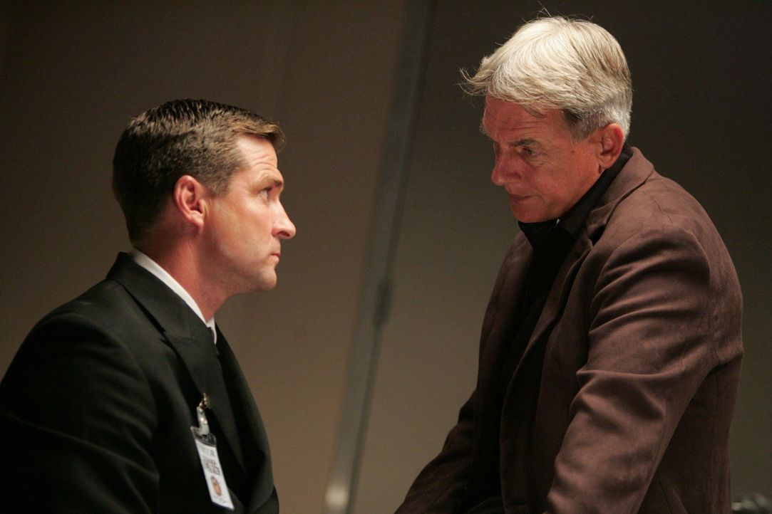 Hat C.P.O. Goetz (Ben Reed, l.) was mit dem Mord an Janice Santos zu tun? Gibbs (Mark Harmon, r.) geht der Sache auf den Grund. - Bildquelle: CBS Television